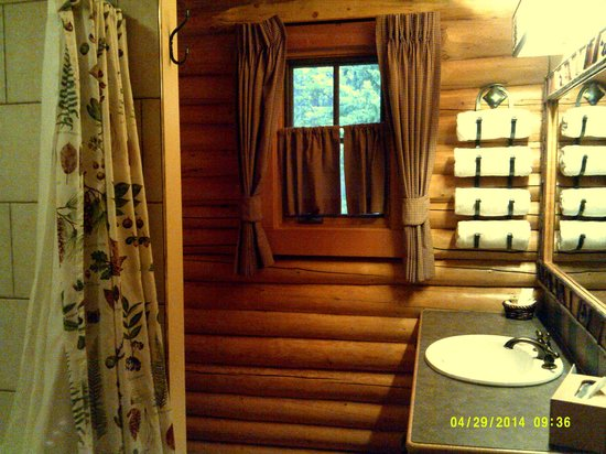 Alpine Village Cabin Resort - Jasper: Main Bathroom