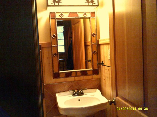 Alpine Village Cabin Resort - Jasper: 1/2 Bath Upstairs