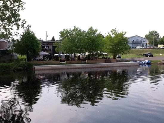 """The Waterfront River Pub and Terrace : The pictures posted truly give the correct """"look"""" to The Waterfront Pub. My IPad photo truly sha"""