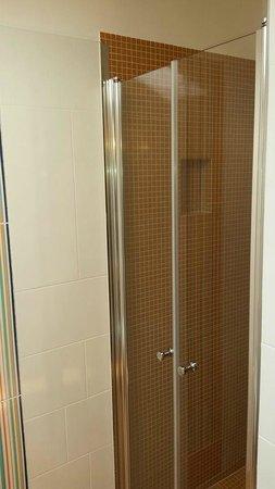 Bagno con box doccia, mosaico arancio, Piano Fellini - Foto di Hotel Casablanca, Rivazzurra di ...