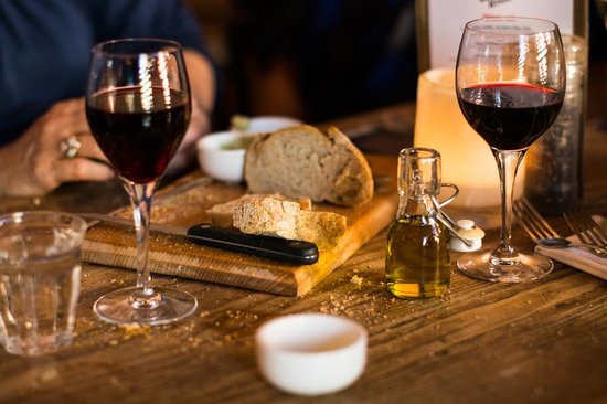 Humphrey's Amersfoort: Wine and bread, a great combo!
