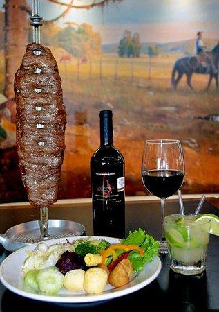 Tlalnepantla, México: Carne, ensalada, un buen vino... y la tracicional caipirinha.