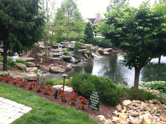 The Inn at Christmas Place: Pond outside the hotel.