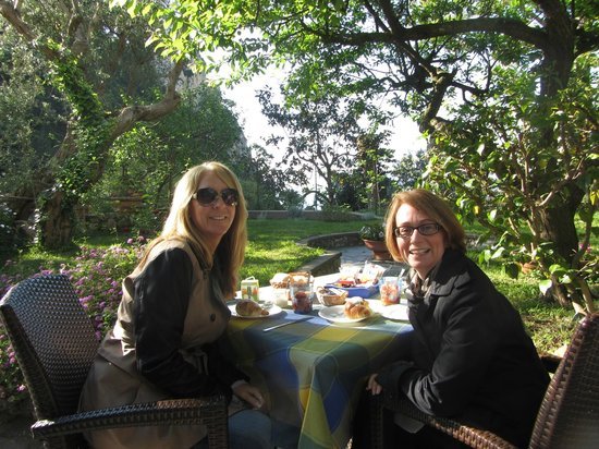 B&B Casa Augusto: Breakfast on the grounds