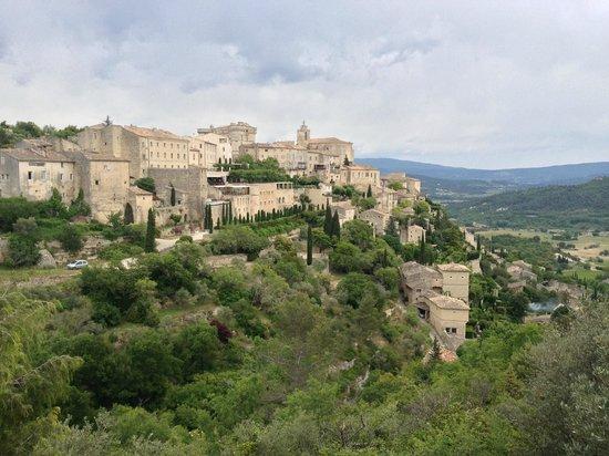 Le Mas au Portail Bleu : Breathtaking view of hillside town in Gordes