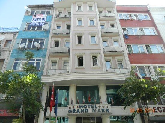Grand Mark Hotel: Hotellet set fra modsatte fortorv