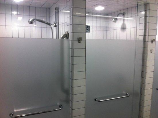 West Side YMCA: Chuveiros banheiro masculino