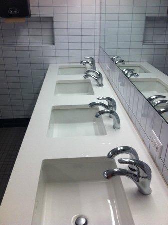West Side YMCA: Pia banheiro masculino