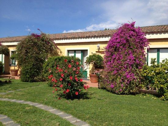 Torre Archirafi Resort : giardino e appartamenti