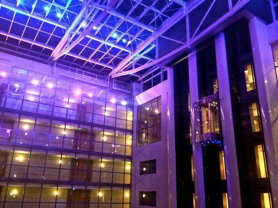 Hilton Frankfurt City Centre: Gallery at night III