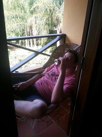 Pousada Vila Tamarindo Eco Lodge: Saboreando aquela geladinha na sacada so apartamento ao som da natureza.
