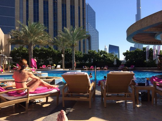 Shangri-La Hotel, Dubai: Groot zwembad beneden