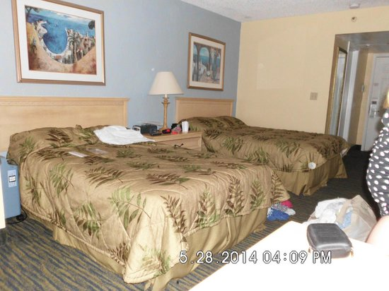 Beachside Motel: Room with two double beds