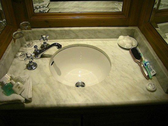 Schoolhouse Hotel: Bathroom sink, Robt. Emmet room