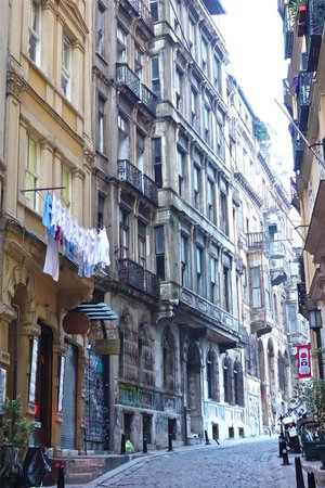 Context Travel - Day Tours: The streets around Galata Tower