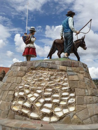 Salinas de Maras: Statue on Maras' Main Plaza