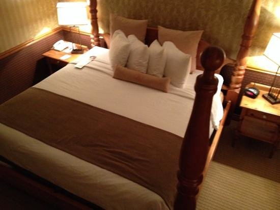 Best Western Fireside Inn: amazingly comfortable four poster king bed