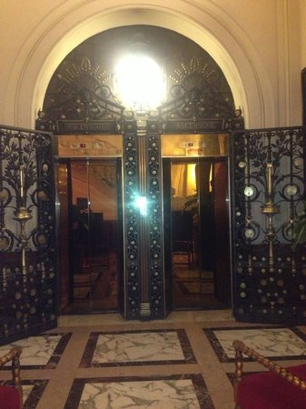 Grand Hotel Plaza: Gorgeous elevators and marble floors.