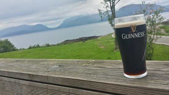 Holly Tree Hotel: A Guinness with a lovely view!