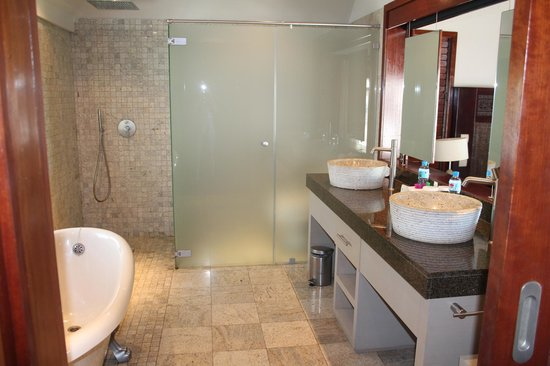 Hilton Moorea Lagoon Resort & Spa : I love an open-air shower (and this also had a huge claw foot tub)!