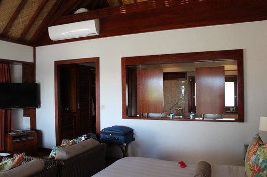 Hilton Moorea Lagoon Resort & Spa : The room looking into the bathroom.