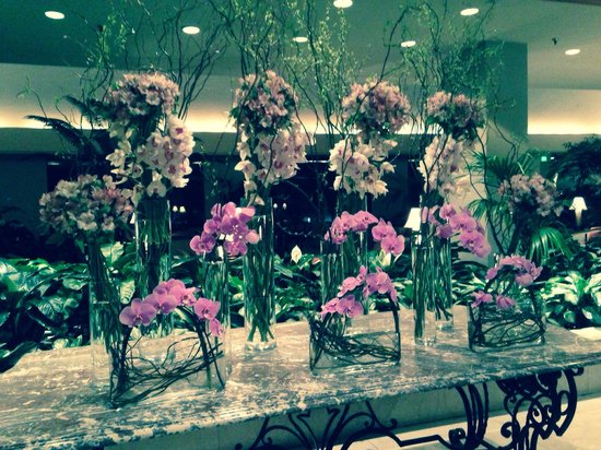 Omni Mandalay Hotel at Las Colinas : Flowers in lobby