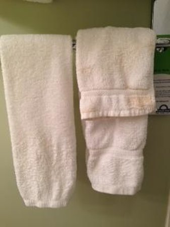 Days Inn & Suites Whitecourt: towel on left looks used, facecloth is dirty/stained