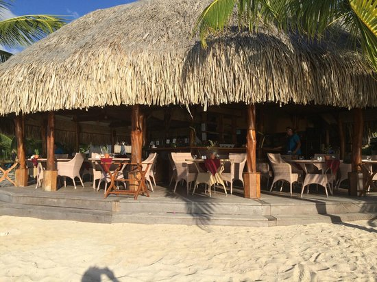 Hilton Moorea Lagoon Resort & Spa : The outdoor, beachfront restaurant - we ate there a lot.