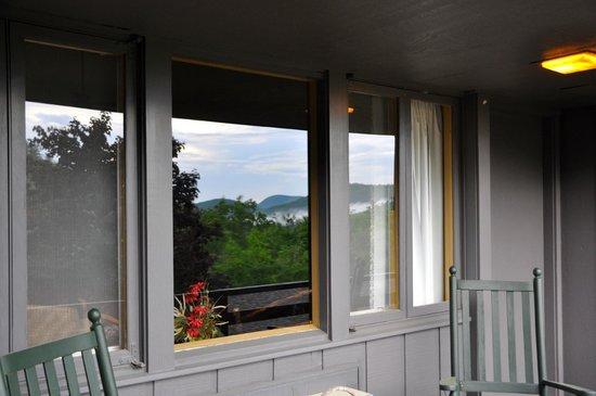 Skyline Lodge and Restaurant: Deck of backside room overlooking gorge