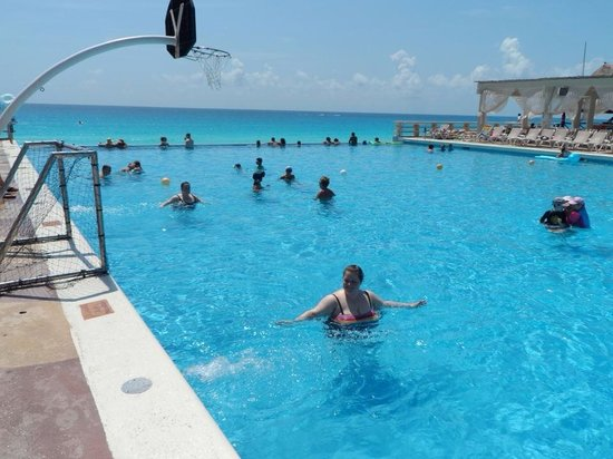 Crown Paradise Club Cancun: Great infinity pool!