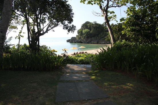 Shangri-La's Boracay Resort & Spa: path to bayungan beach