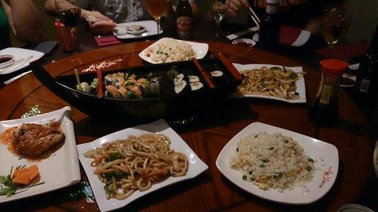Aoyama: 友人の誕生日パーティーで利用しました。寿司が盛られた船にロウソクを建ててくれました。