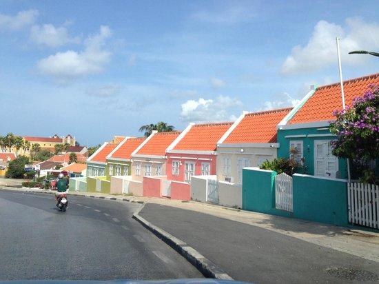 Frangipani Apartments Curacao: Architektur - Curacao in voller Farbenpracht