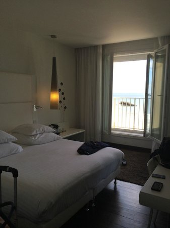 Le Windsor Grande Plage Biarritz: Bedroom area with view