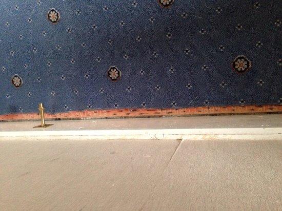 Redcar Hotel: Exposed carpet grip