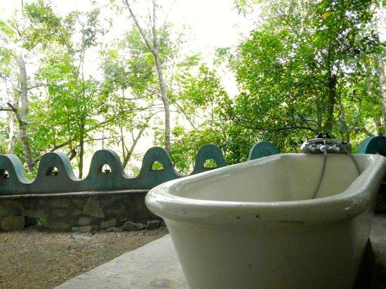 Kandy Samadhi Centre : outdoor bath