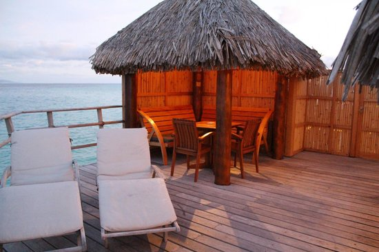 Le Taha'a Island Resort & Spa : Little dining hut on our deck.
