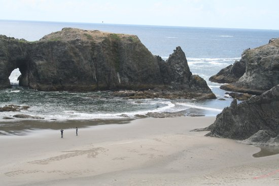 Bandon Inn: Rocks on beach
