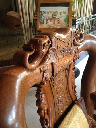 Yunti Hotel: Carved chairs in Reception