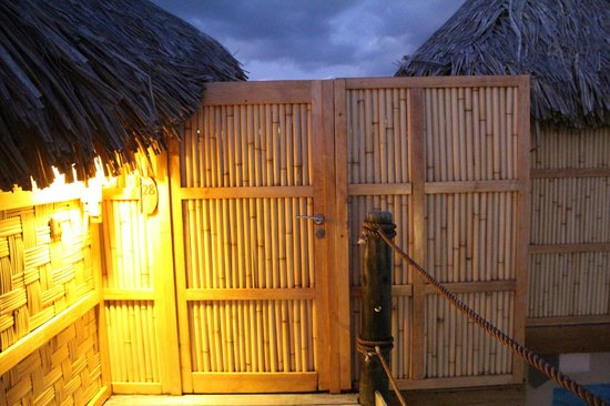 Le Taha'a Island Resort & Spa : The gated entryway to our OWB.