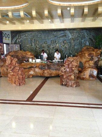 Yunti Hotel: Impressive reception desk