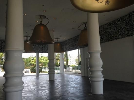 Mondrian South Beach Hotel: outside the hotel lobby