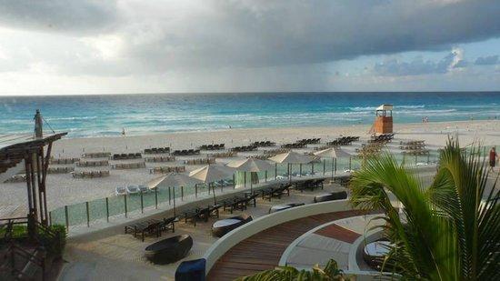 ME Cancun: Saída da piscina vista do mar.