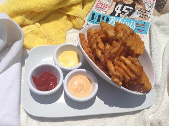 Mondrian South Beach Hotel: waffle fries poolside