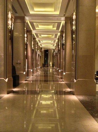 Siam Kempinski Hotel Bangkok: Foyer corridor