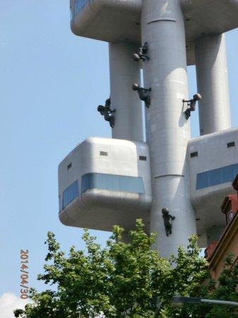 8c76ccd5dee Babies crawling up Zizkov tower - obrázek zařízení Opere di David ...