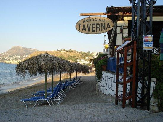 Akrogiali Taverna: tables next to the sea