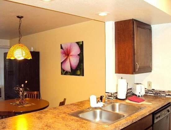 Sunny Maui Vacations: View from kitchen towards the dining area