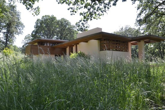 The Gordon House : Frank Lloyd Wright's architecture, in balance with nature.