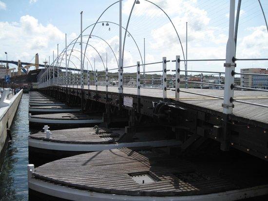 Queen Emma Pontoon Bridge: Bridge fully open